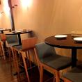 ハイテーブル2名様席。椅子を移動すれば3名以上でもご利用いただけます。