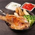 料理メニュー写真酔っ払い鶏の骨付きもも肉一本焼き