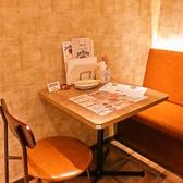 片側がベンチシートタイプのテーブル席を数多くご用意しております。間接照明に灯されたオシャレ空間でゆったりお過ごし頂けます。