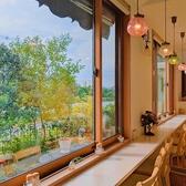 移りゆく景色を窓から眺めることができるカウンター席。夢前川のせせらぎや四季折々の草花など移りゆく景色をお楽しみいただけます。日常から少し離れて何も考えないでいられる贅沢な時間。そんなご自身の時間を大切にしたい時にはぜひ当店にお立ち寄りください。