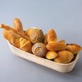 【自家製パンは食べ放題でご提供】店内で焼き上げる自家製パンを食べ放題でお楽しみいただけます。随時、焼き立てをお席までお持ちいたします。お料理とも相性抜群の焼き立てパンをお楽しみください。