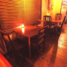 2人きりの素敵な時間を過ごせるお席はこちらです。こだわりアンティークで大人の夜をどうぞ♪4名様用テーブル席もございます。