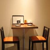 デートや会社終わりのサク飲みなど、カジュアルにご利用頂ける2名かけテーブル席
