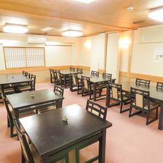 【1階テーブル席】広々としたテーブル席は気軽にご利用いただけます。最大40名様まで収容可能なので、大型宴会にも最適です。