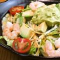 料理メニュー写真エビアボカドサラダ