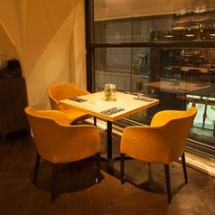 窓際の席は雰囲気抜群!シャワー通りを眺めながらお食事を楽しめます☆