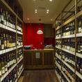 有楽町ワイン倶楽部は姉妹店のワインショップも併設しております。当バルで約50種、ショップには約300種のワインが品揃え!ソムリエも常駐しておりますので、初心者の方も安心してワインをお楽しみいただけます♪ワイン持込料はバル席980円・テーブル席1500円(他店購入もOK)。自慢のステーキやイタリアンと一緒にどうぞ◎