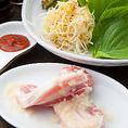 李朝園のサムギョプサルは、赤ワインをベースに、香味野菜や果物などをブレンドした特製のつけだれに漬け込んだ豚肉を使用しています。肉の旨みを引き出し、やわらかでコクのある味わいに仕上げた美味しいお肉をご堪能ください。(生野/巽/飲み放題/韓国料理/宴会/居酒屋)