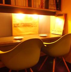 可愛らしいカップルシート。お席はカフェ感覚で楽しめる二人だけの空間。女性同士、恋人同士など、ゆったりご利用ください。