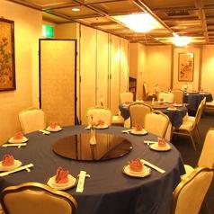 テーブル席は、御宴会ですと最大50名様まで御着席いただけます。広めのお席でごゆっくりお寛ぎ頂けます。