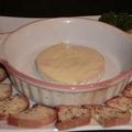 料理メニュー写真あつあつのカマンベールチーズバケット添え