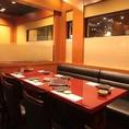ソファーと椅子のテーブル席です。足の悪い方も安心してご利用頂けます。大切な方との会食、接待、お会社の飲み会、宴会、法事、慶事、様々なシーンで御利用頂けます。その他2名様~4名様完全個室テーブル席、完全個室掘りごたつ式座敷は、2名様~4名様、6名様~8名様、10名様~12名様、14名様~16名様など御座います。