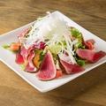 料理メニュー写真ロッキーオリジナル 馬たたきサラダ