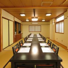【2階テーブル席】2階のお席は落ち着いた雰囲気のテーブル席。お席をつなげれば最大30名様まで収容可能。会社宴会や結納など冠婚葬祭の場、お食事会にぜひ。