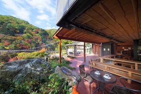 あし湯につかりながら、鬼怒川の景色とお茶が楽しめるカフェ。