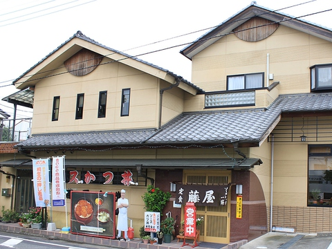 サクサクのカツと秘伝のソースが絶品、桐生ソースカツ丼の人気店。大きな看板が目印。