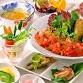 【月替わり1000円ランチ】季節のお野菜を使用したヘルシーなももの木ランチ♪日替りランチは、サラダ/白米/味噌汁/副菜3品/オススメ1品/香物/プチデザート/コーヒーor紅茶がついて1000円とお得♪メインのお料理は月替わりとなっております※写真のメインは季節の野菜カレーとなっております。