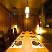 四辺はしっかりと仕切られている完全個室となっております。和情緒漂う個室空間でのご宴会をお楽しみ頂けます。ご宴会は、2H飲み放題付3000円(税抜)~お値段別に各種ご用意しております。