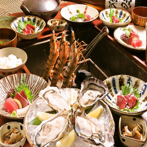 旬の魚や直送の朝〆地鶏が囲炉裏焼きやお刺身、タタキ、炭火焼き充実の調理方法で堪能