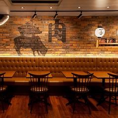 ■□大衆ビストロ酒場肉マレ外苑前店-片側ベンチシートテーブル席-□■ 片側ベンチシートのテーブル席は2名様用9卓、最大20名様まででご利用可能◎レイアウトも自由なので12名様、20名様までの人数に合わせてお席を作る事もできます。
