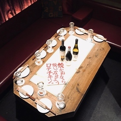 ワインレッドカラーのソファーはまさに隠れ家でお酒を楽しんでいるような大人の遊びを思わせる遊び心たっぷりなお部屋です。おとなしめな照明のなか時間はゆっくりすぎ、お酒がよりいっそう美味しく感じられます。もちろん完全個室のためワイワイ盛り上がっていただいても◎!!