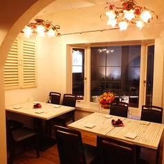 <個室>バラのシャンデリアが印象的な個室空間。4名テーブルを2つご用意。中人数でもご宴会におすすめです。