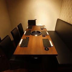 【~6名様 テーブル席個室】シックな雰囲気で統一された空間は、高級感のある雰囲気。女子会や友人同士のお集まりをはじめ、接待や会食などのシーンにもぜひご利用ください。個室のプライベート空間ですので、他のお客様を気にかけることなく実りあるひとときをお過ごしいただけます。