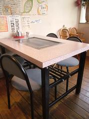 テーブル席は1席のみ6名様掛け、後はすべて4名様掛けになっております。