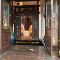 入口を入ってすぐに木製の扉があります。こちらは透かし彫りが素敵です。