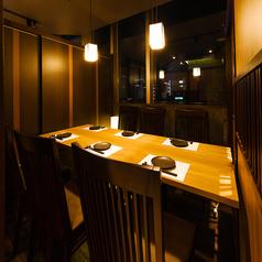 デートや記念日でのご利用におすすめの個室席!扉付き完全個室となっておりますので周りを気にすることなくお過ごし頂けます。静かにゆったりと安らげる空間となっております。お席のみのご予約も承っております。