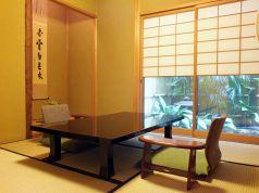 【桔梗の間】2、3名様向けの個室です。お庭を眺めながらお食事をしていただけます。