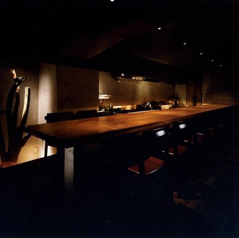 料理人との会話を楽しめる、全席こだわりのカウンター。つい時間を忘れる居心地の良さ