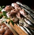 【料理長自ら市場に足を運び毎日仕入れる 鮮魚】料理長 大川内が毎日市場に足を運び 旬のエネルギー高い鮮魚を仕入れてご用意しています。特に最近では四季の気候も今までとは変わりつつあります。だからこそ毎日自分の目で見て旨い食材を仕入れるその熱い想いを ぜひお楽しみください。