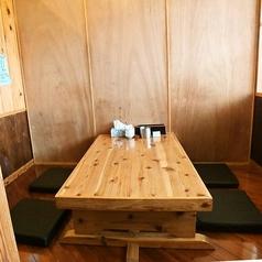 木を基調とした半個室の掘りごたつ席。落ち着いた雰囲気でゆっくり美味しい料理とお酒をお楽しみください。
