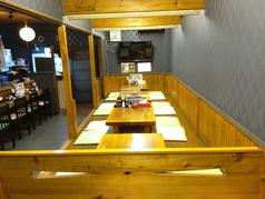 店内は最大22名様でご利用可能です。さらに各テーブルを仕切れば4名様半個室としてもご利用可能です。