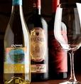 【厳選するイタリアワイン】長年イタリアワインを愛する店長が厳選するワインはメニューに載っていないものも含め常時100種以上お客様のお好みに合わせてご用意できるように、日々新しいワインを探してご用意。中には樽ごと買付!ここでしか飲めないワインもご用意しています。