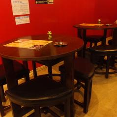 2~4名様用の丸テーブル席。