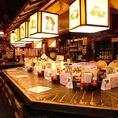 カウンターは、店主の華麗な調理と、心地良い会話が楽しめる赤たぬき定番のお席です。お一人様でもお気軽にどうぞ。