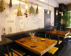 カワイイ壁にあるのがこの4名席。女子会や友人同士で、雰囲気の良い空間で、ゆったりとしたお食事をどうぞお楽しみ下さい!