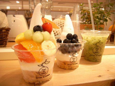 ヨーグルトベースのソフトクリームに旬のフルーツをトッピング&フルーツジュース
