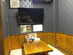 テーブル席には49インチのテレビを設置しています。