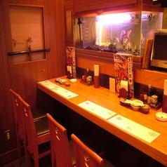水槽が見えるカウンター席。職人たちが新鮮な魚をさばく姿を見ながら、お食事を楽しんで頂けます。