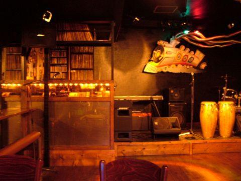 70年代を中心としたSOULMUSICが流れる店内。週末はステージでダンスも楽しめる。