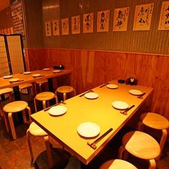 3名様から6名様に最適なテーブル席。ゆったりとお席をつくっているのでおくつろぎいただけます。