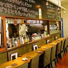 【カウンター 8卓】黒板には季節メニューや本日のおすすめ料理も記載してある、カウンター席。