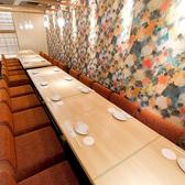 大人数での宴会も個室でごゆっくりお楽しみください♪当店はスタイリッシュで落ち着いた雰囲気の、おしゃれなダイニングバーとなっております。座席は座りやすく、足を伸ばしてゆったりくつろげるテーブル席・掘りごたつ席を完備♪洗練されたデザインの個室で、ゆったりとしたひと時をお過ごしください。