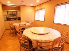 2階は推奨14名様前後まで個室があります。貸切はOKですのでご相談ください。