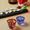 """〈全国各地の日本酒〉当店は地元関西の地酒はもちろん、北海道から沖縄まで全国の蔵元から常時100種類以上の日本酒を厳選。通も唸る""""実力派の酒""""を揃えております。各ご宴会コースのお料理に合う日本酒を飲み放題にもラインナップしておりますので、ぜひ存分に日本酒をお愉しみください。"""