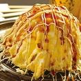 大迫力!我楽多名物キャベ王は、名古屋ドーム張りのモリモリキャベツにふっくら玉子がドッキング!特製ソースや、マヨネーズの鉄板コンビネーションで皆の笑顔もモリモリです!