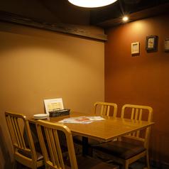 大人気の奥のテーブル席